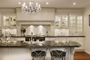 Đèn chùm nhiều chi tiết khu bếp rất khó lau chùi